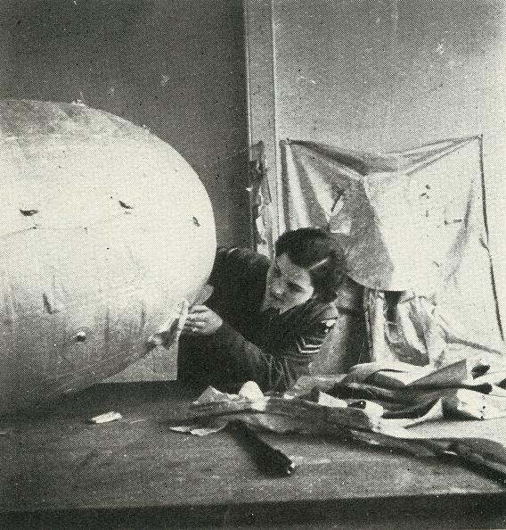 WAAF「Repairing Barrage Balloons」:写真・画像(8)[壁紙.com]