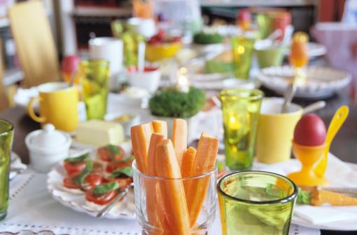 イースター「Easter table setting, focus on carrot slices in glass」:スマホ壁紙(0)