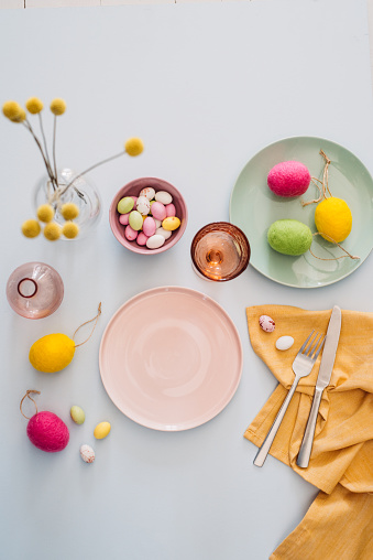 Chocolate Easter Egg「Easter table setting with cutlery plates dinnerware easter egg」:スマホ壁紙(13)