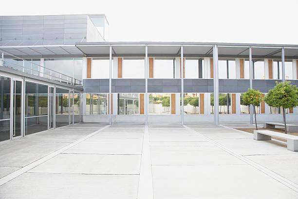 Modern courtyard and office building:スマホ壁紙(壁紙.com)
