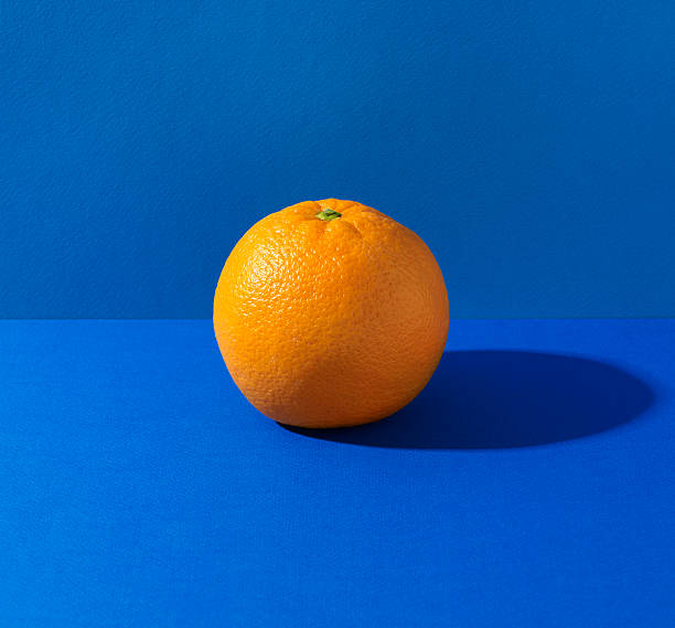 Orange on blue background:スマホ壁紙(壁紙.com)