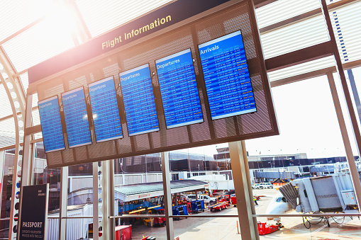 Delayed Sign「Flight information board in front of window at airport」:スマホ壁紙(7)