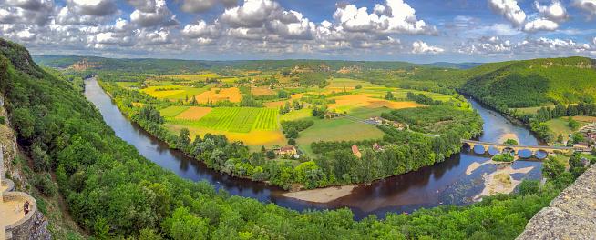 Nouvelle-Aquitaine「Panoramic Landscape of the Dordogne River valley near the village of Castelnaud-la-Chapelle」:スマホ壁紙(2)