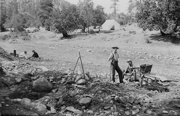 Business Finance and Industry「Placer Mining Miners In Prescott, Arizona Territory」:写真・画像(13)[壁紙.com]