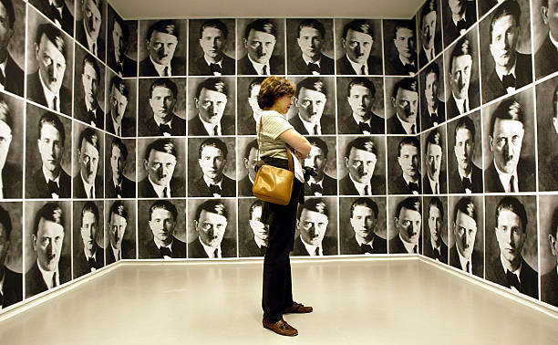 Mirroring Evil Exhibit Causes Stir:ニュース(壁紙.com)