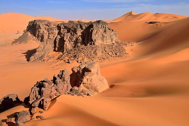 Algeria, Sahara desert, sand dunes and rock towers at Ouan Zaouatan:スマホ壁紙(壁紙.com)
