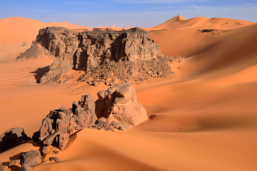 Remote Location「Algeria, Sahara desert, sand dunes and rock towers at Ouan Zaouatan」:スマホ壁紙(16)