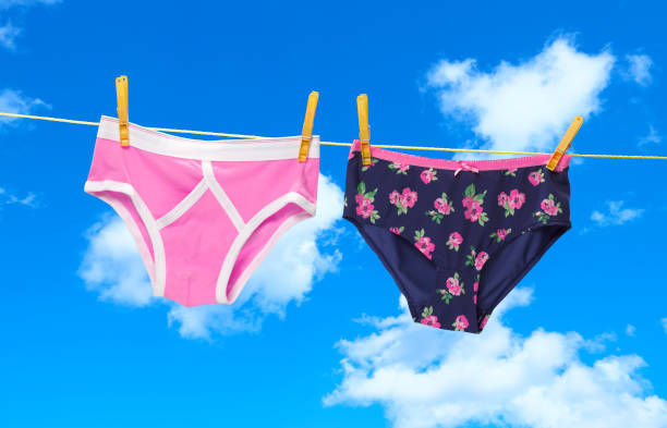 His and hers pants on the washing line:スマホ壁紙(壁紙.com)