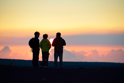 父親「USA, Hawaii, Big Island, Volcanoes National Park, three persons watching sunset at Kilauea Iki」:スマホ壁紙(13)