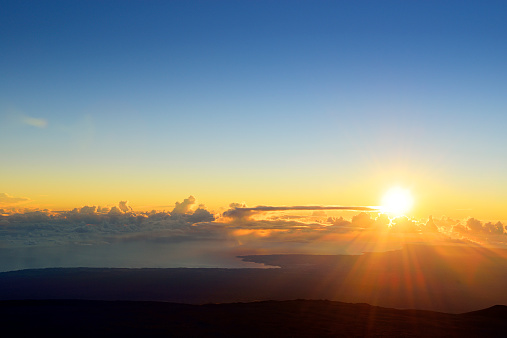 Hawaii Islands「USA, Hawaii, Big Island, Mauna Kea, sunrise over Hilo」:スマホ壁紙(2)