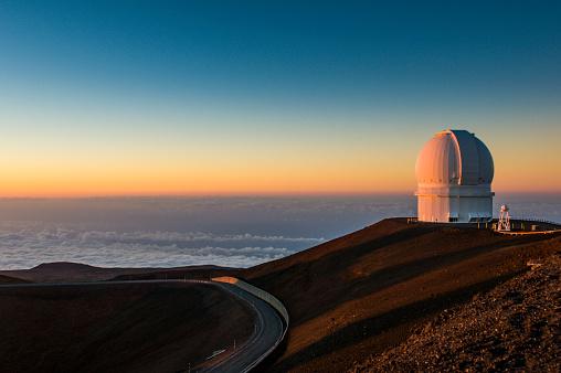Volcanic Landscape「USA, Hawaii, Big Island, observatory on Mauna Kea volcano at sunset」:スマホ壁紙(4)