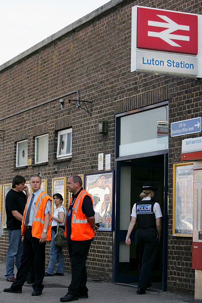 Daniel Berehulak「Officers Conduct Explosions In Luton Related To London Bombings」:写真・画像(14)[壁紙.com]