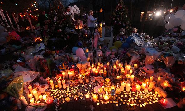 大量殺人「Connecticut Community Copes With Aftermath Of Elementary School Mass Shooting」:写真・画像(0)[壁紙.com]