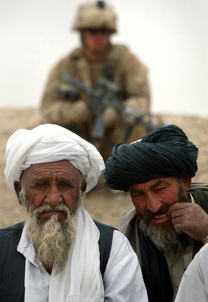 "John Moore「U.S. Marines Hold A Traditional ""Shura"" With Opium Farmers」:写真・画像(5)[壁紙.com]"