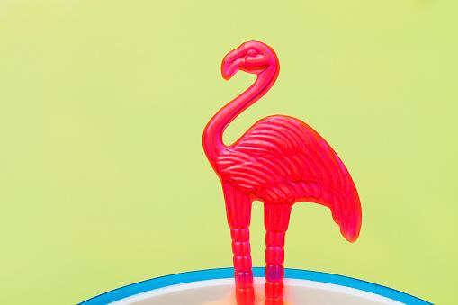 キッチュ「Stir stick with a pink flamingo in a cocktail」:スマホ壁紙(12)