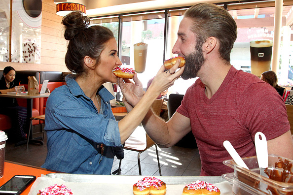 バレンタイン「Kaitlyn Bristowe And Shawn Boothe Celebrate Their 1st Valentine's Day Together With Dunkin' Donuts Heart-Shaped Donuts」:写真・画像(16)[壁紙.com]