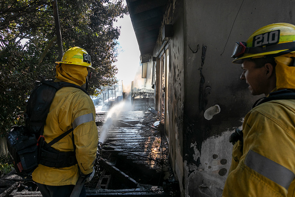 Getty Images「Fast Moving Getty Fire Threatens Homes And Forces Evacuations In Affluent Section Of Los Angeles」:写真・画像(2)[壁紙.com]
