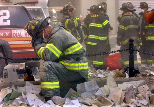 Emergency Services Occupation「Firefighter Weeps On September 11」:写真・画像(4)[壁紙.com]