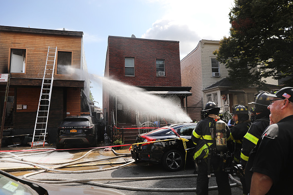Brooklyn - New York「First Responders Arrive To The Scene Of A House Explosion In Brooklyn, NY」:写真・画像(15)[壁紙.com]
