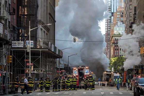 Exploding「Steam Pipe Explosion Sends Plumes Of Smoke Onto Manhattan Street」:写真・画像(10)[壁紙.com]