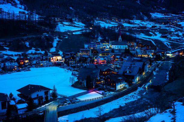 町ゼルデン (開幕戦ソルデン)、チロル、オーストリアの夕暮れ:スマホ壁紙(壁紙.com)