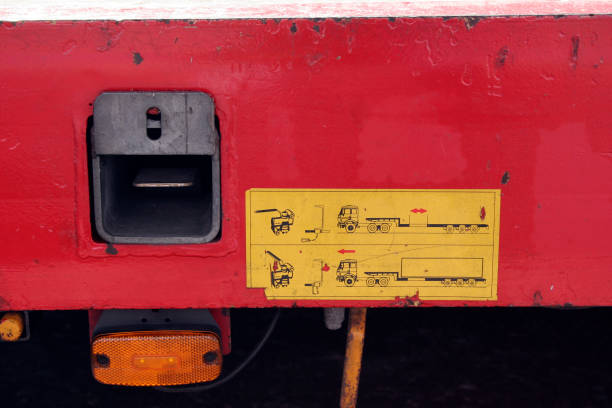 Yellow instruction notice on side of red articulated trailer.:ニュース(壁紙.com)