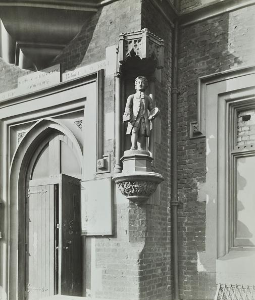 Greater London Council「Statue Of A Boy Scholar Beside The Door, Hamlet Of Ratcliff Schools, Stepney, London, 1945」:写真・画像(12)[壁紙.com]