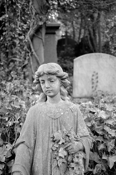 Place of Burial「Statue Of A Girl Holding Flowers」:写真・画像(19)[壁紙.com]