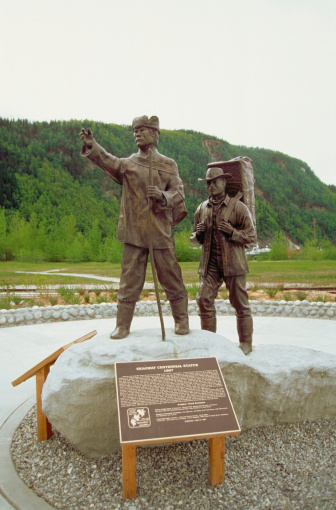 記念日「Statue of a Tlingit guide and Stampeder commemorates centinnial of Klondike Gold Rush National Historic Park, Alaska, USA」:スマホ壁紙(2)