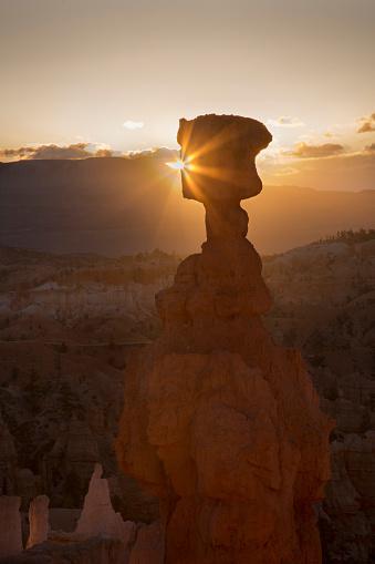 神秘「Sunrise silhouette of Thor's Hammer, a sandstone hoodoo」:スマホ壁紙(5)