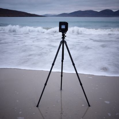 スコットランド文化「Camera on a tripod, Luskentyre Beach, South Harris」:スマホ壁紙(12)