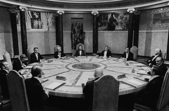 座る「Oliver Reed」:写真・画像(11)[壁紙.com]