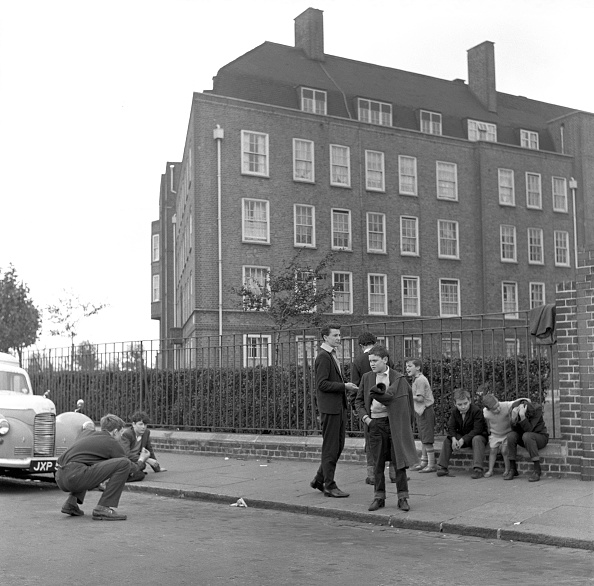 Children Only「Group Of Boys Playing In London Street」:写真・画像(11)[壁紙.com]