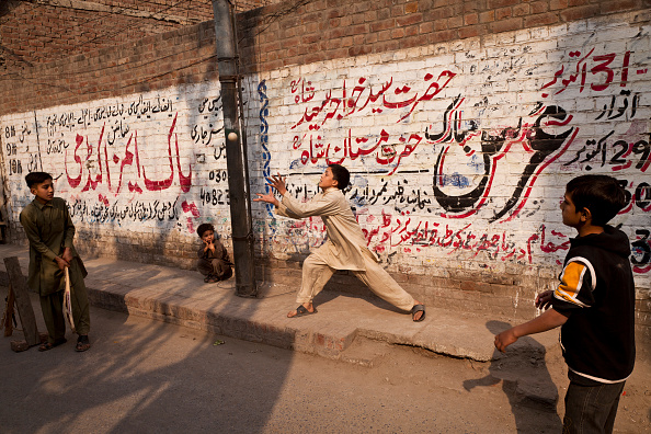 Indian Subcontinent Ethnicity「Street Cricket In Lahore」:写真・画像(2)[壁紙.com]