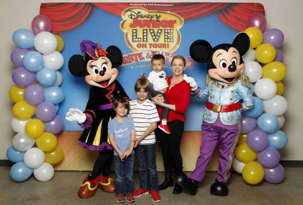 Mickey Mouse「Melissa Joan Hart And Her Sons Tucker, Braydon And Mason Meet Mickey Mouse And Minnie Mouse At A Performance Of Disney Junior Live On Tour! Pirate & Princess Adventure」:写真・画像(7)[壁紙.com]