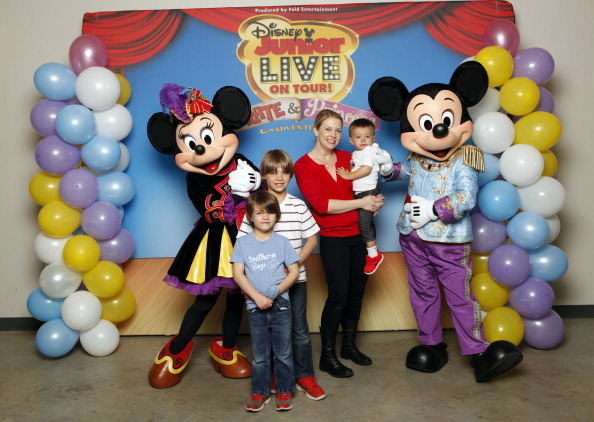 Mickey Mouse「Melissa Joan Hart And Her Sons Tucker, Braydon And Mason Meet Mickey Mouse And Minnie Mouse At A Performance Of Disney Junior Live On Tour! Pirate & Princess Adventure」:写真・画像(19)[壁紙.com]