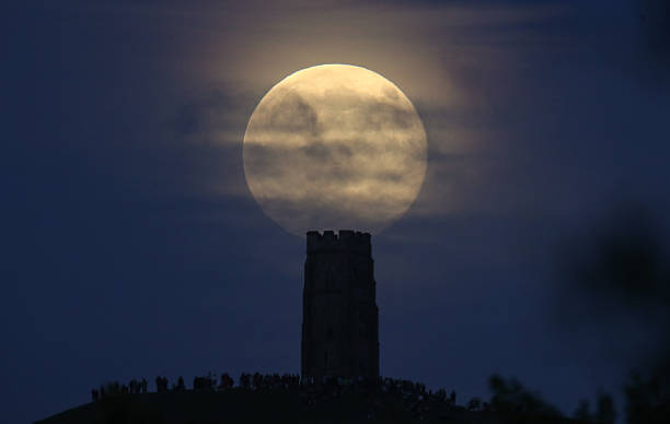 Strawberry Moon Rises Over Glastonbury Tor:ニュース(壁紙.com)