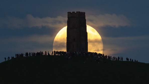 Strawberry moon「Strawberry Moon Rises Over Glastonbury Tor」:写真・画像(11)[壁紙.com]