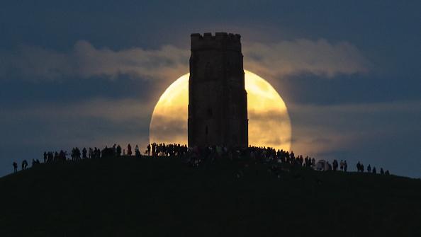 Strawberry moon「Strawberry Moon Rises Over Glastonbury Tor」:写真・画像(11)[壁紙.com]