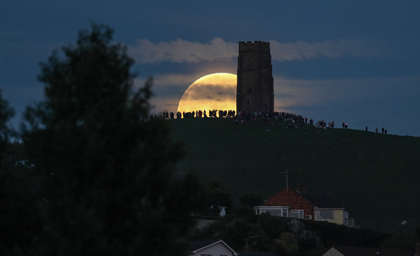 Strawberry moon「Strawberry Moon Rises Over Glastonbury Tor」:写真・画像(8)[壁紙.com]