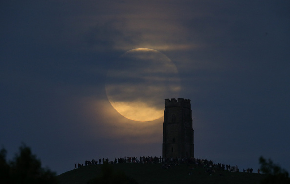 Strawberry moon「Strawberry Moon Rises Over Glastonbury Tor」:写真・画像(12)[壁紙.com]