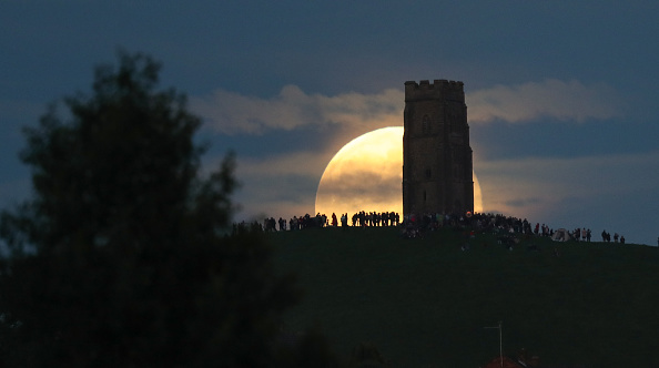 Strawberry moon「Strawberry Moon Rises Over Glastonbury Tor」:写真・画像(19)[壁紙.com]