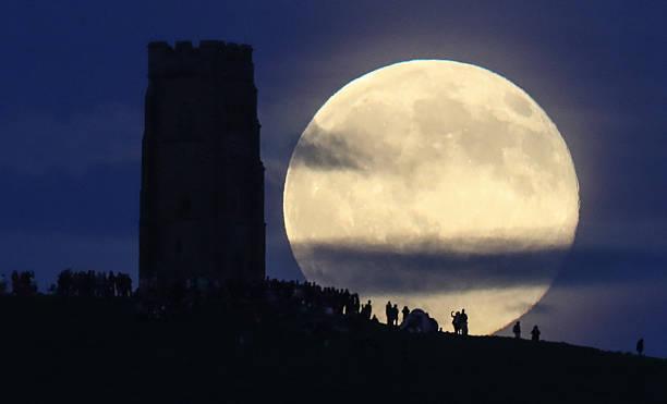 Strawberry Moon Rises Over Glastonbury Tor:ニュース(壁紙.com)
