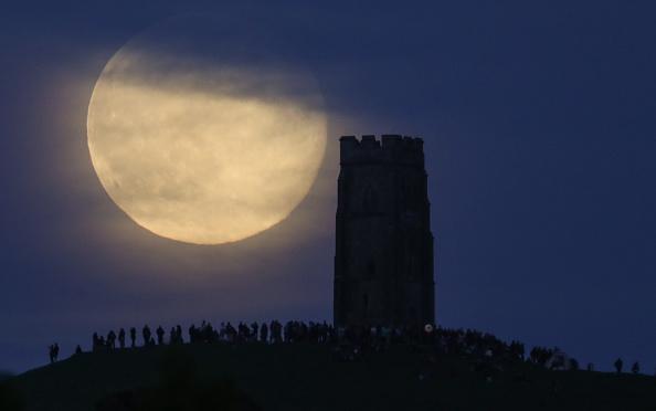 Strawberry moon「Strawberry Moon Rises Over Glastonbury Tor」:写真・画像(18)[壁紙.com]