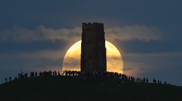 Strawberry moon「Strawberry Moon Rises Over Glastonbury Tor」:写真・画像(8)[壁紙.com]