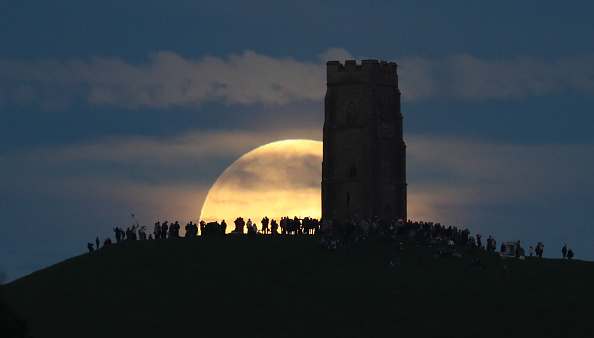 Strawberry moon「Strawberry Moon Rises Over Glastonbury Tor」:写真・画像(3)[壁紙.com]
