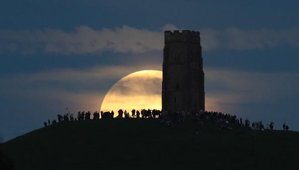 Strawberry moon「Strawberry Moon Rises Over Glastonbury Tor」:写真・画像(5)[壁紙.com]