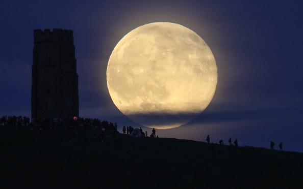 Strawberry moon「Strawberry Moon Rises Over Glastonbury Tor」:写真・画像(2)[壁紙.com]