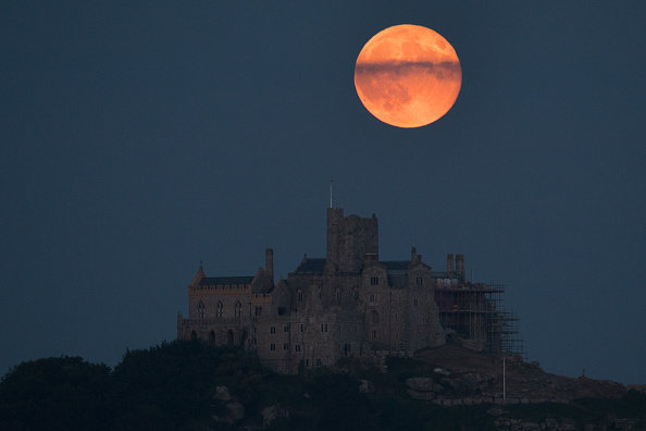 Strawberry moon「Strawberry Moon Rises Over St Michael's Mount」:写真・画像(1)[壁紙.com]