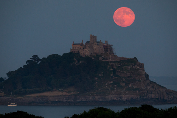 Strawberry moon「Strawberry Moon Rises Over St Michael's Mount」:写真・画像(16)[壁紙.com]